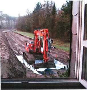 Baustelle, Bagger, aus offenem Fenster gesehen.