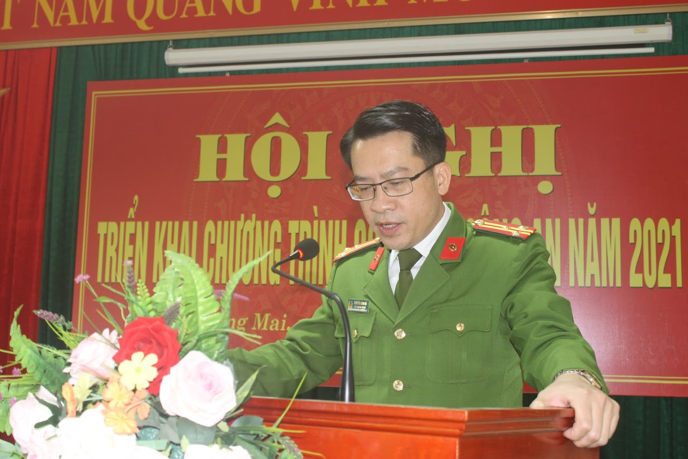 Thượng tá Nguyễn Bình Hà, Trưởng Công an thị xã phát biểu tại hội nghị