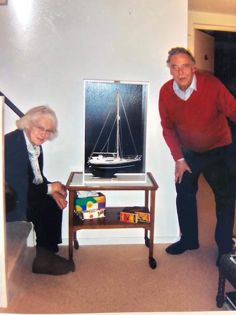 Annelien en Peter met het model van hun Nicholson 31 Anna.