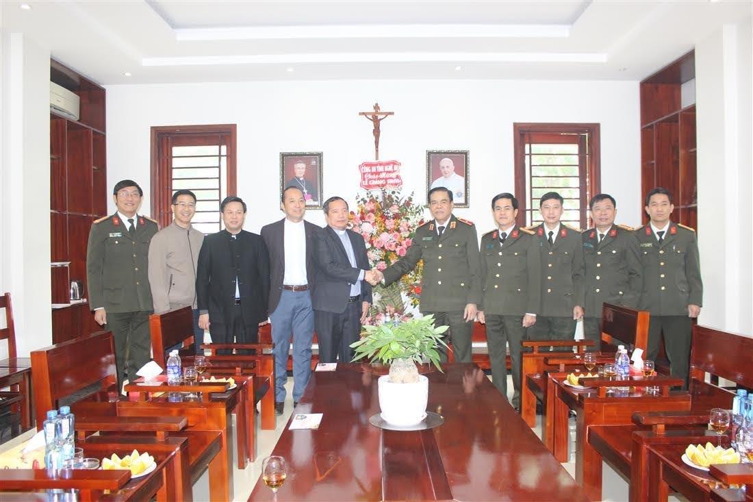 Các đồng chí trong đoàn công tác Công an tỉnh Nghệ An chúc mừng Giáng sinh Đại chủng viện thánh Phanxicô Xaviê