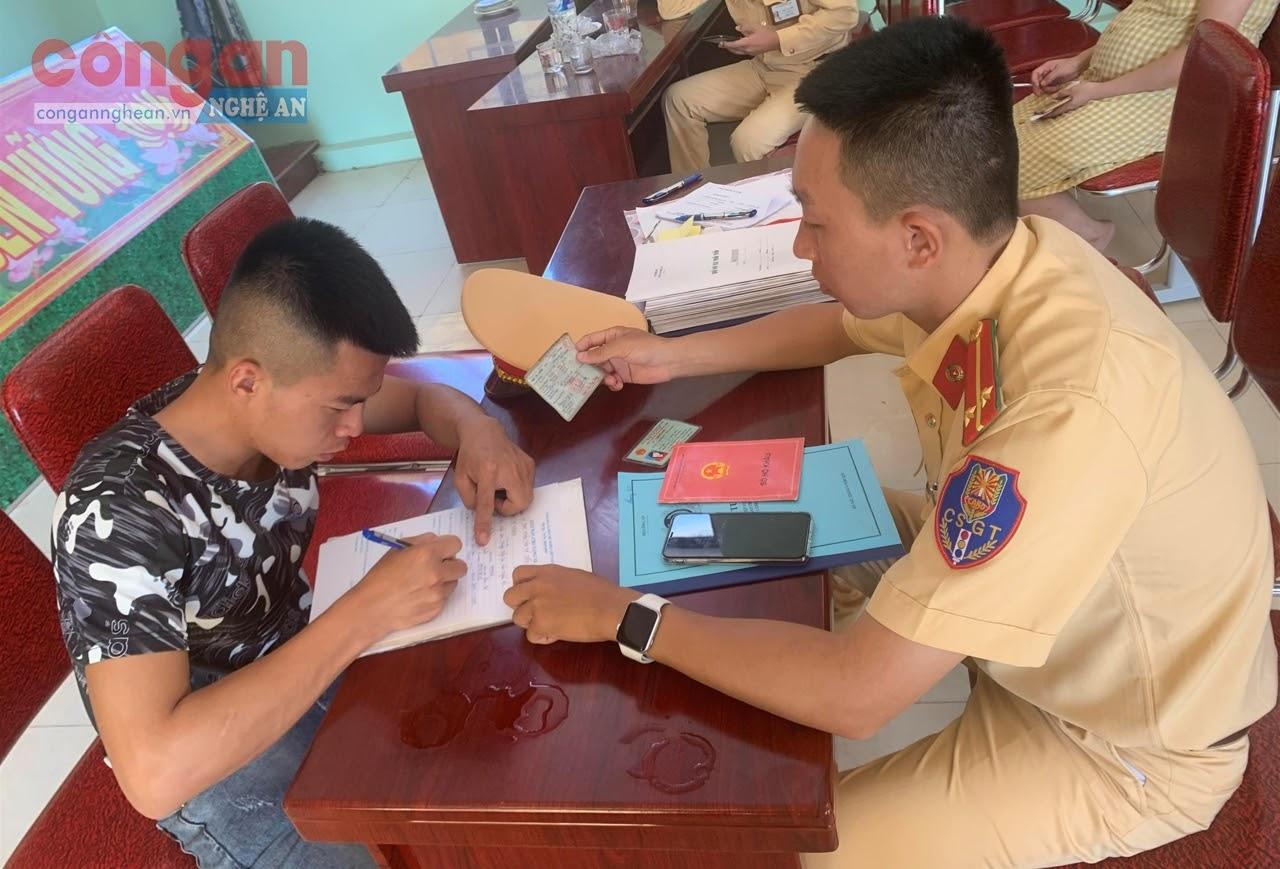 Cán bộ Đội CSGT Công an huyện Diễn Châu trực tiếp xuống cơ sở hướng dẫn, làm giấy tờ xe cho nhân dân