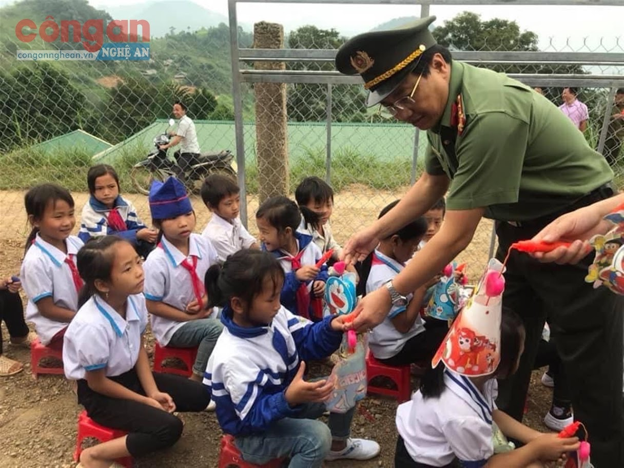 Đồng chí Đại tá Hồ Văn Tứ, Phó Bí thư Đảng ủy, Phó Giám đốc Công an tỉnh tặng quà cho các em học sinh