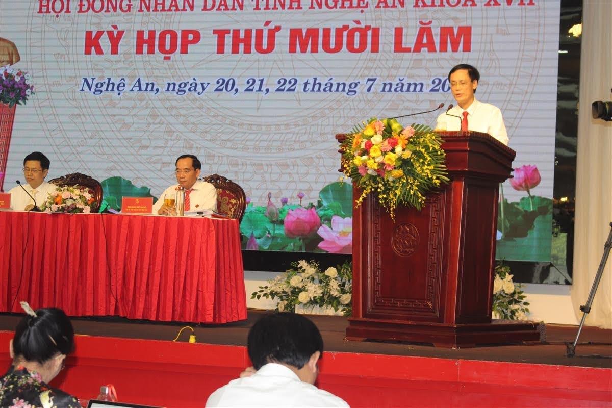 Ông Nguyễn Trường  Giang, Giám đốc Sở Xây dựng Nghệ An trả lời chất vấn