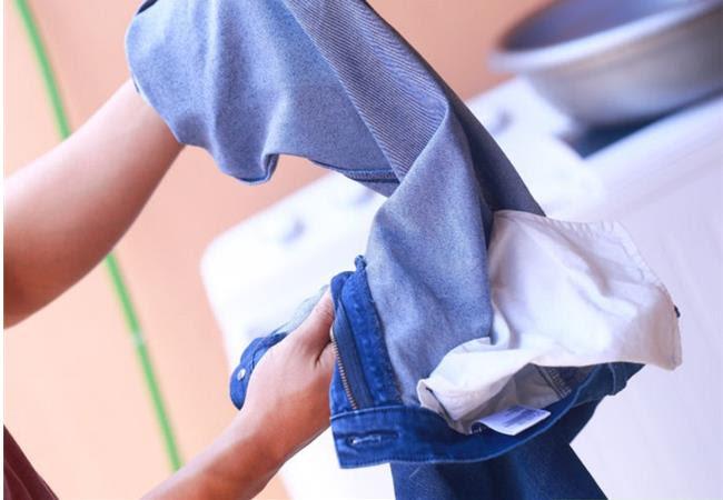 nên lộn mặt trong lại khi giặt quân jean với máy giặt