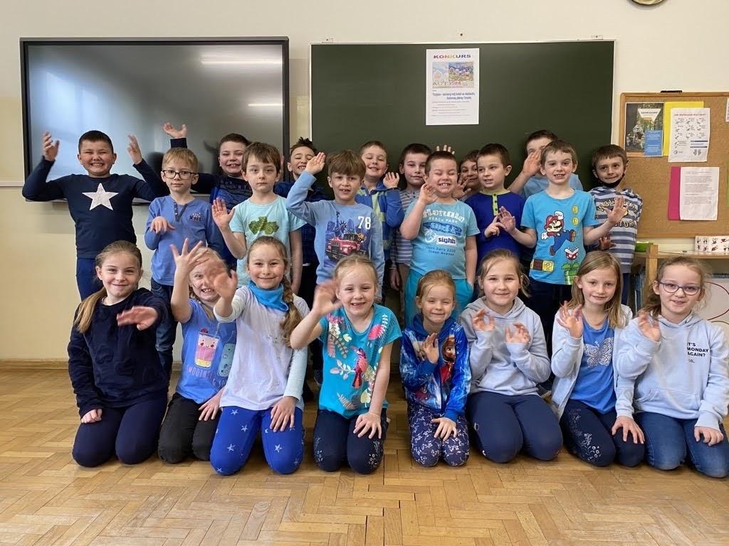 Uczniowie klasy pierwszej ubrani na niebiesko na znak solidarności z osobami ze spektrum autyzmu