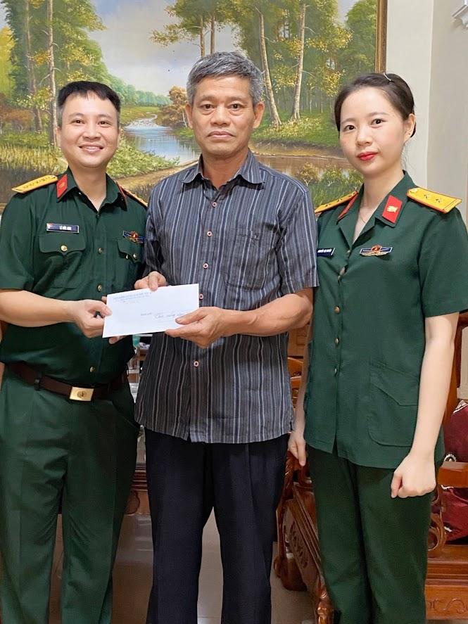 Tặng quà các Bác thương binh - nguyên cán bộ ngành kiểm sát quân sự Quân khu 4 qua các thời kỳ.
