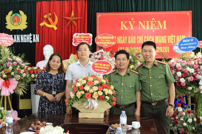 Huyện Hưng Nguyên chúc mừng Báo Công an Nghệ An