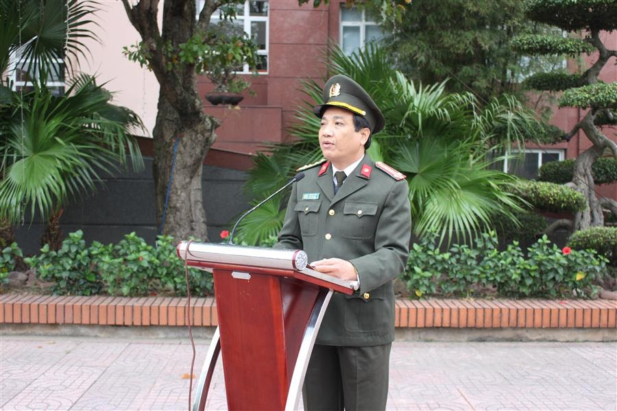 Đại tá Hồ Văn Tứ, Phó Bí thư Đảng ủy, Phó Giám đốc Công an tỉnh phát biểu tại lễ chào cờ đầu năm 2021
