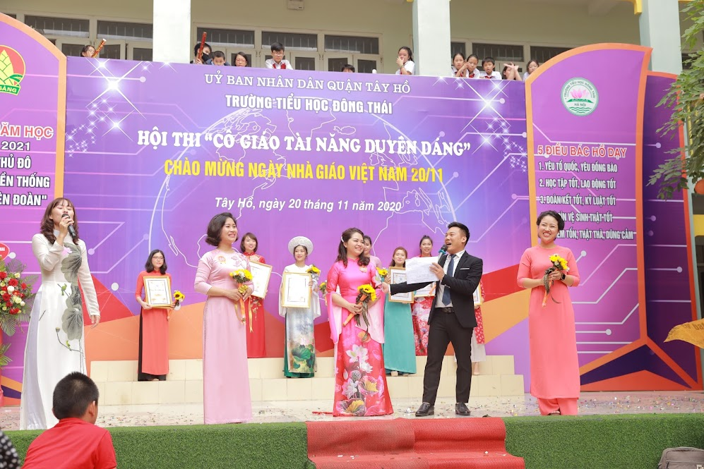 Hai giải Nhì được trao cho cô giáo Lê Thanh Hoa Khối 5 và cô giáo Nguyễn Hồng Tâm khối 3