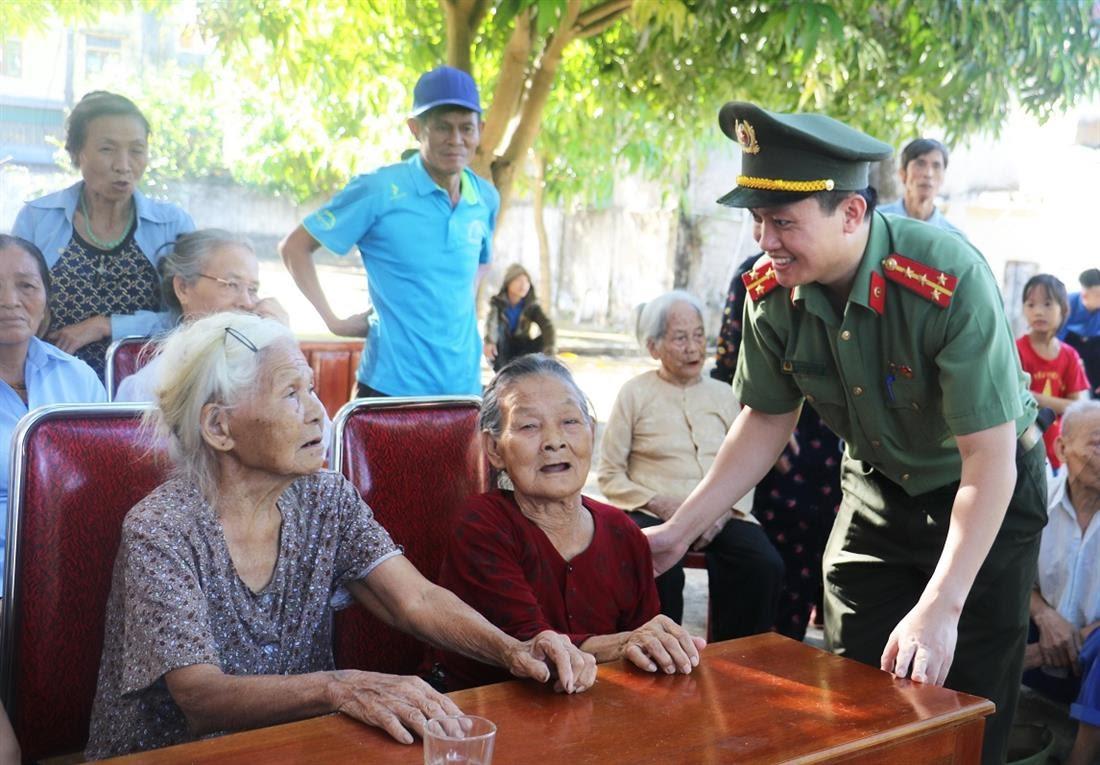 Các Đoàn viên đã chủ động thăm hỏi, giúp đỡ những hoàn cảnh khó khăn, người già yếu tại buổi làm chứng minh nhân dân