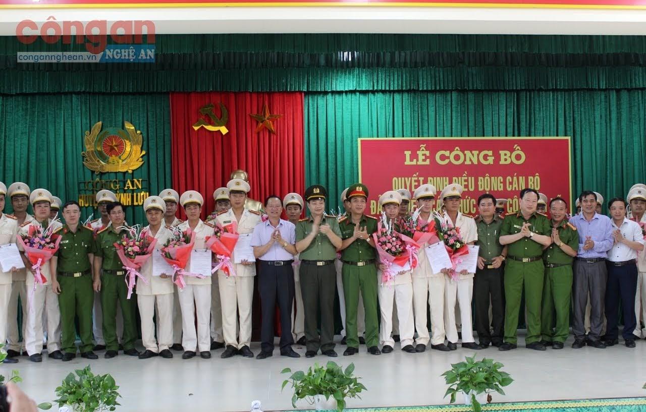 Đại diện lãnh đạo chúc mừng các đồng chí được điều động đảm nhiệm chức danh công an xã