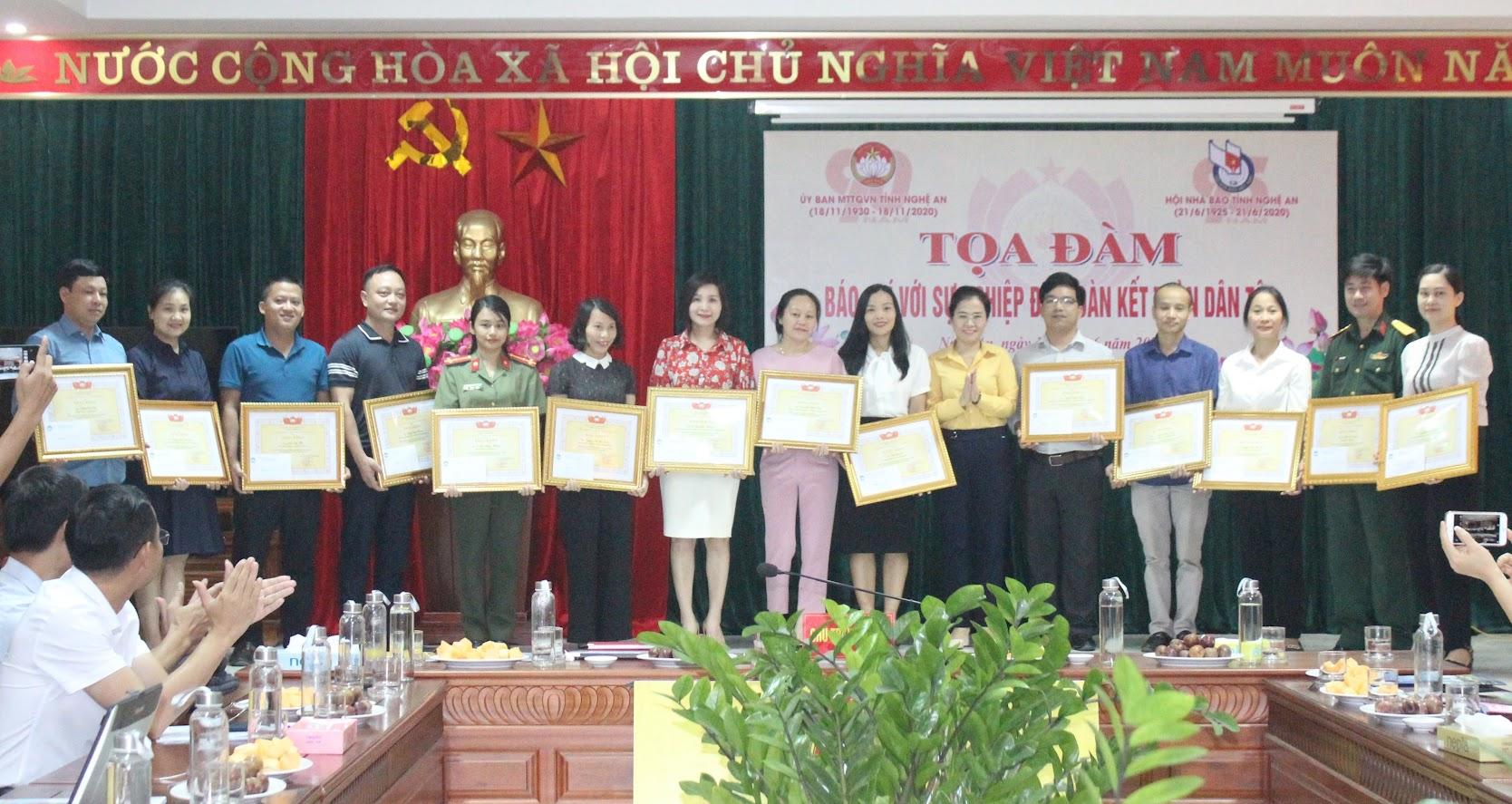 Đồng chí Võ Thị Minh Sinh, Ủy viên BTV Tỉnh ủy, Chủ tịch Ủy ban MTTQ tỉnh trao tặng Bằng khen của Ủy ban MTTQ tỉnh cho các cá nhân có thành tích xuất sắc trong công tác tuyên truyền về sự nghiệp đại đoàn kết toàn dân tộc