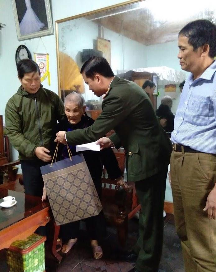 Tặng quà cho người già neo đơn