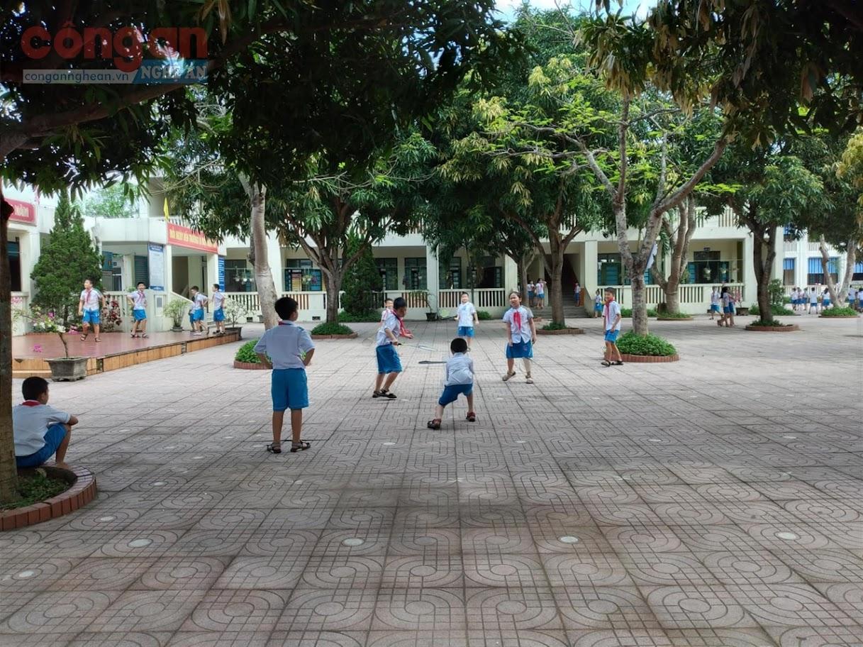 Giờ ra chơi của học sinh Trường Tiểu học Hưng Lộc, TP Vinh