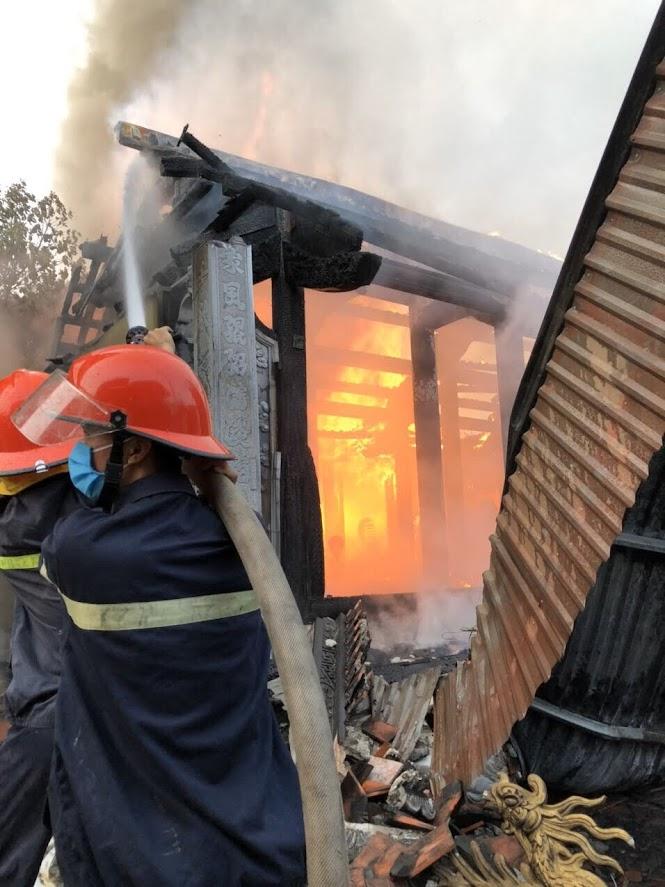Vật liệu nhà thờ bằng gỗ nên ngọn lửa bao trùm rất lớn