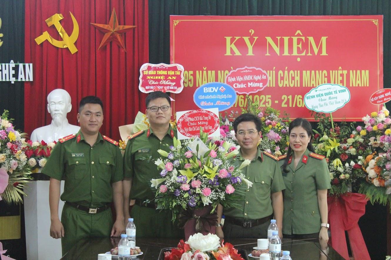 Trung đoàn Cảnh sát Cơ động Bắc Trung bộ chúc mừng Báo Công an Nghệ An