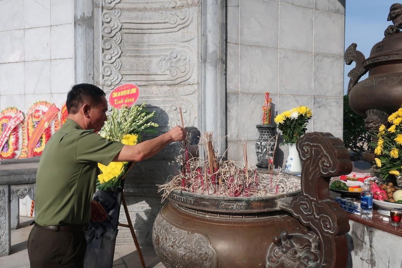 Đồng chí Đại tá Lê Xuân Hoài – Phó Giám đốc Công an tỉnh dâng hương tại Đài tưởng niệm liệt sĩ Quốc tế Việt – Lào