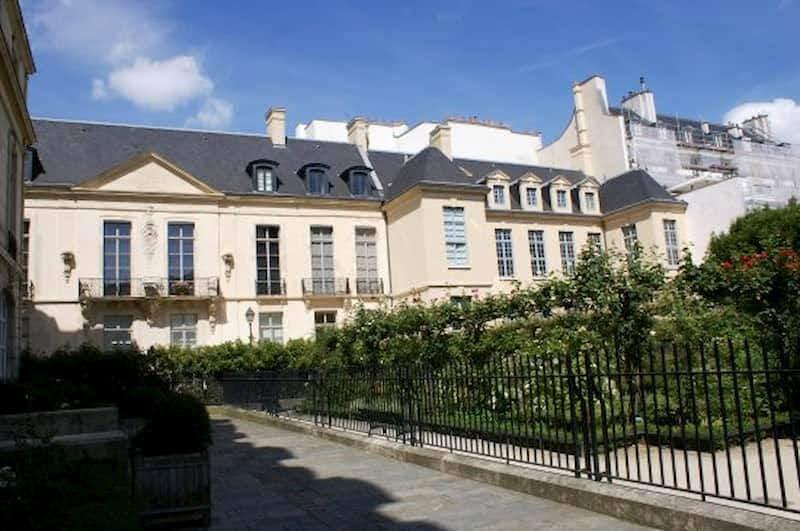 エミリー、パリへ行く カミーユのギャラリーへ