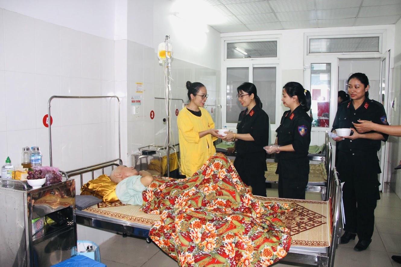 Phát cháo miễn phí cho các bệnh nhân là thương bệnh binh, các bệnh nhân nghèo đang điều trị tại Bệnh viên Quân Y4