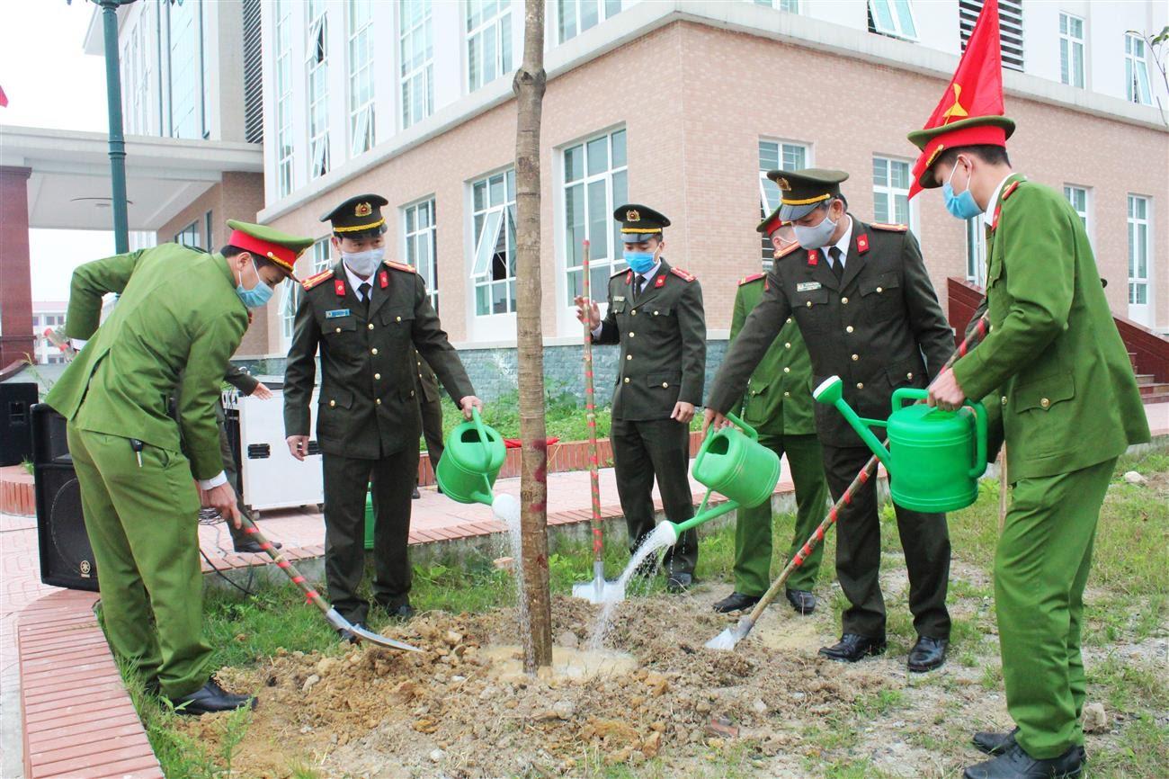 Đồng chí Đại tá Lê Văn Thái, Phó Giám đốc Công an tỉnh cùng Lãnh đạo, CBCS các phòng nghiệp vụ Công an tỉnh tham gia trồng cây