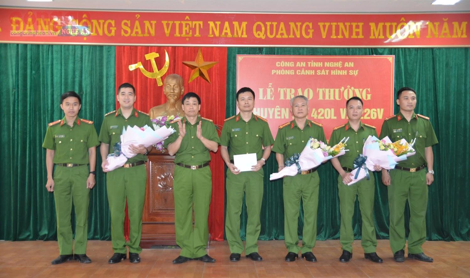 Đồng chí Đại tá Nguyễn Mạnh Hùng, Phó Giám đốc Công an tỉnh  trao thưởng cho Ban chuyên án