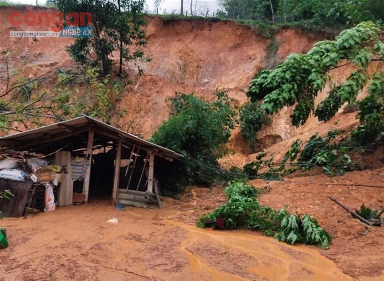 Một vụ sạt lở đất xảy ra                             tại huyện Anh Sơn