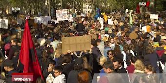 Demo: Menschenmenge, Fahnen, Plakate, Transparente.