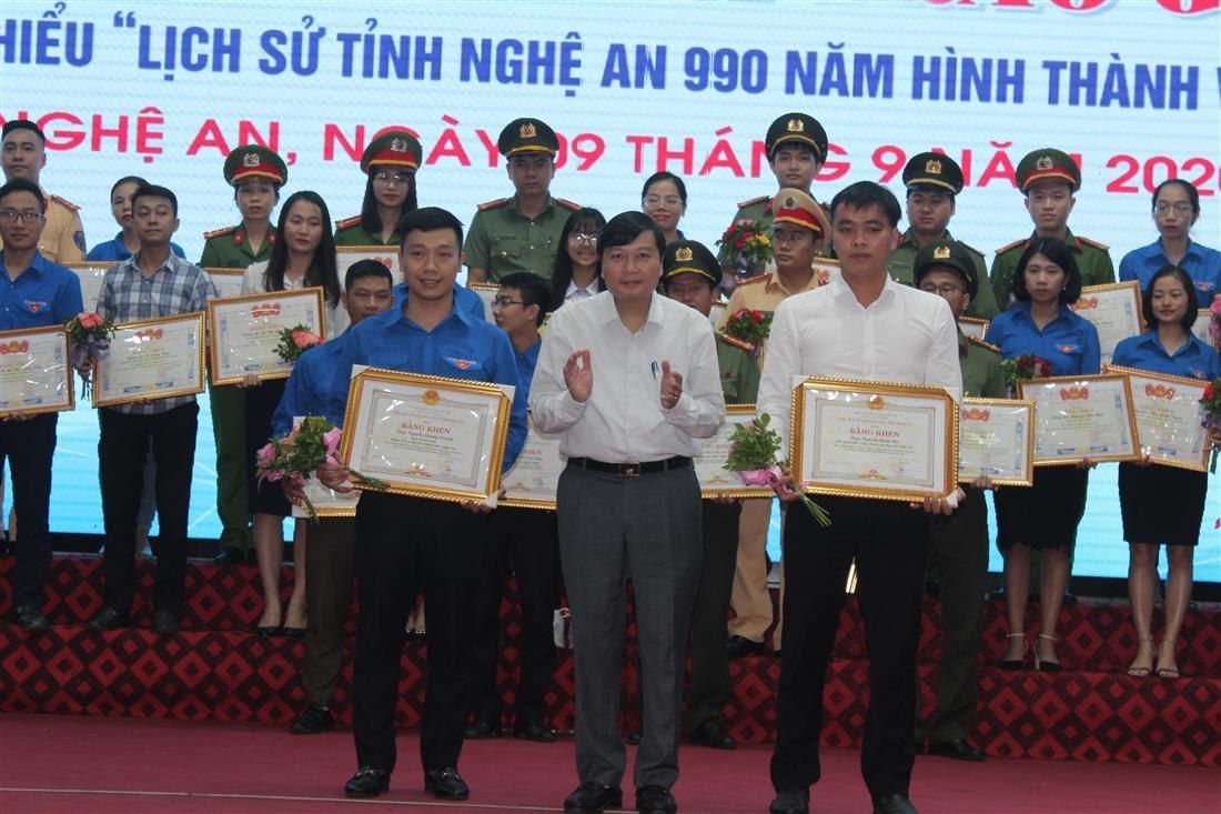 Tặng Bằng khen cho cán bộ tham mưu tổ chức cuộc thi