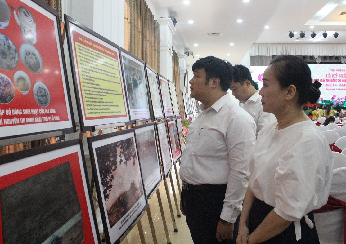 Tham quan trưng bày chuyên đề kỷ niệm 110 năm ngày sinh đồng chí Nguyễn Thị Minh Khai