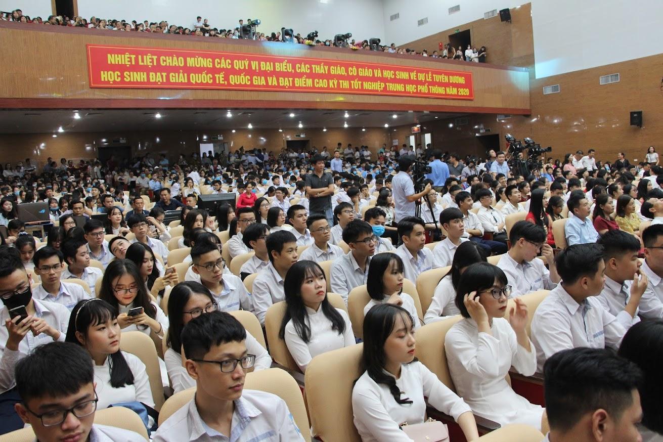 Các em học sinh và phụ huynh dự Lễ Tuyên dương học sinh đạt giải quốc tế, quốc gia và đạt kết quả cao tại kỳ thi tốt nghiệp THPT năm 2020