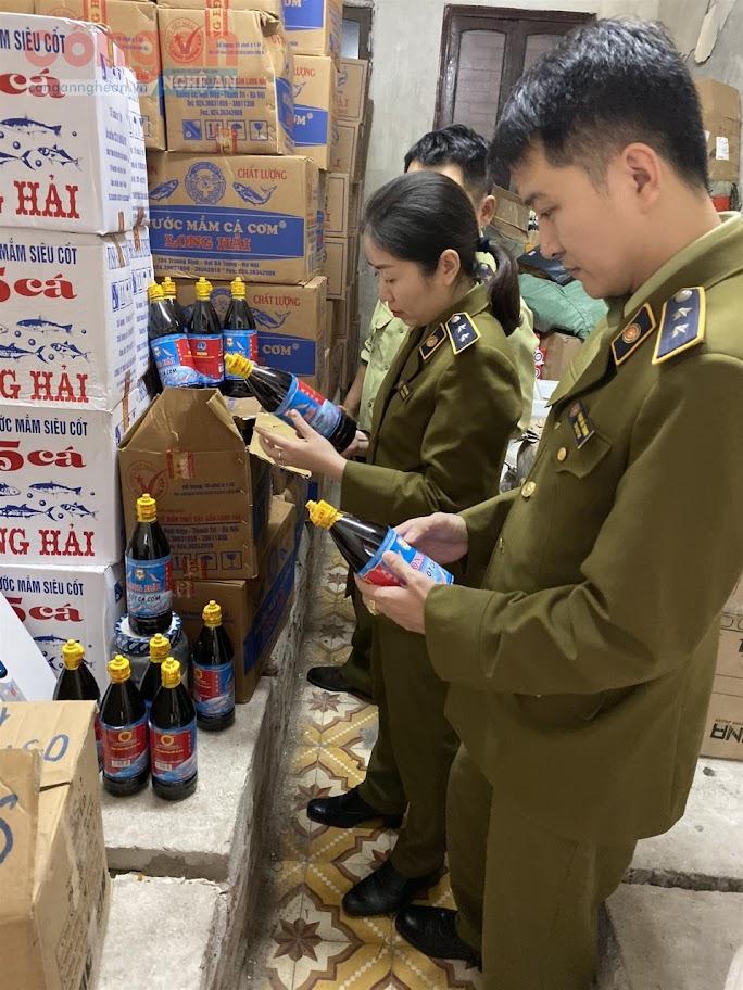 Lực lượng Quản lý thị trường kiểm tra                             lô hàng thực phẩm giả, không có giá trị                         sử dụng, công dụng