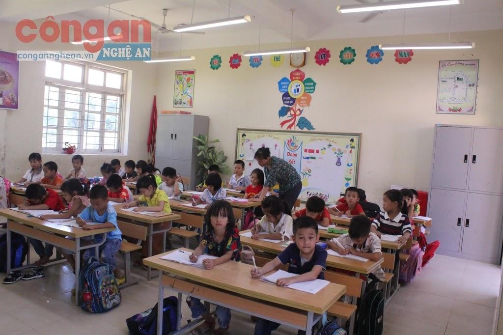 Việc lắp đặt đèn chiếu sáng tiêu chuẩn giúp học sinh được tiếp nhận                     nguồn ánh sáng tiêu chuẩn, góp phần nâng cao hiệu quả học tập
