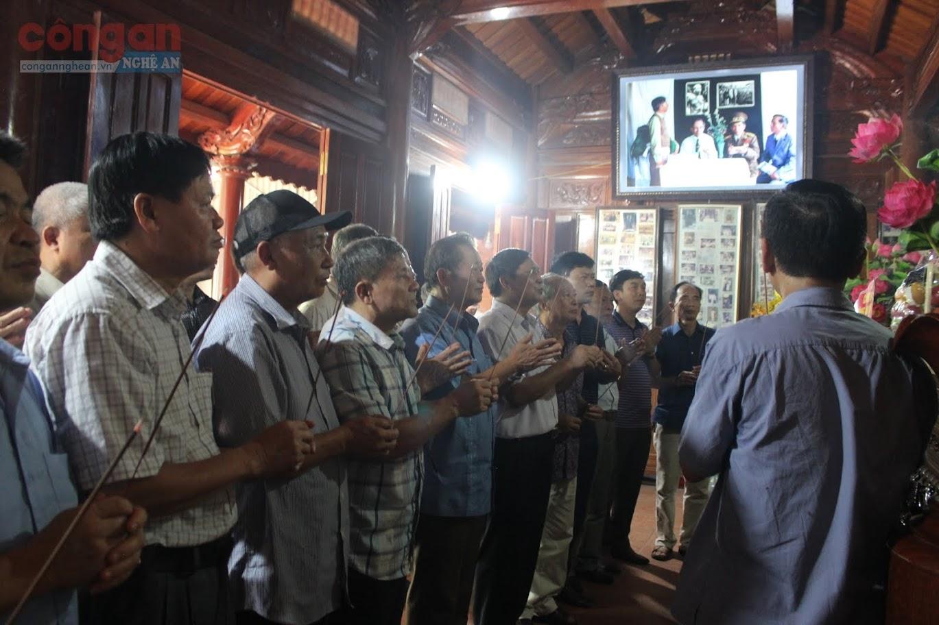 Dâng hoa, dâng hương bày tỏ lòng biết ơn vô hạn đối với công lao to lớn của Thiếu tướng Lê Văn Khiêu, vị Thiếu tướng đầu tiên của Công an Nghệ Tĩnh.