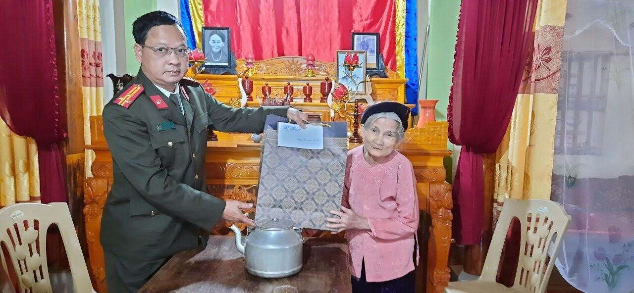 Lãnh đạo Phòng PV05 tặng quà cho gia đình chính sách tại huyện Đô Lương