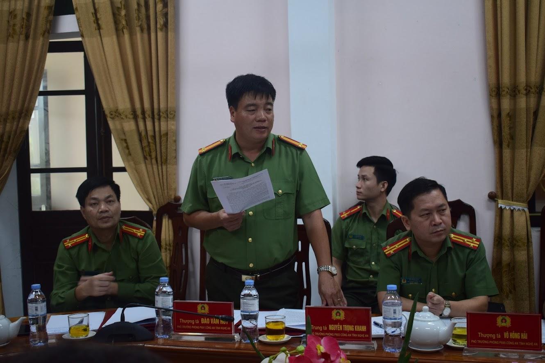 Đồng chí Trung tá Võ Trọng Khanh, Phó trưởng Phòng PX03 báo cáo kết quả thực hiện các phong trào thi đua của Cụm thi đua số 9