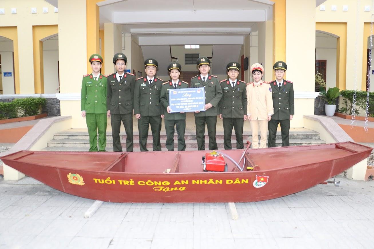 Đoàn Thanh niên Công an tỉnh trao tặng thuyền máy cho Công an huyện Hưng Nguyên và Thanh Chương
