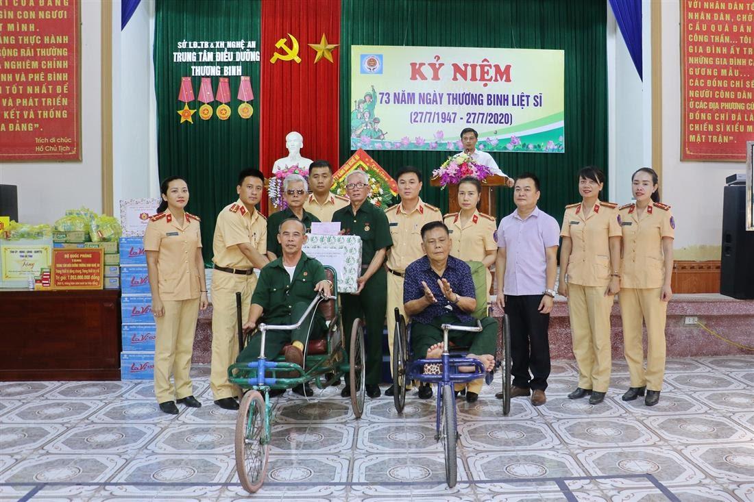 Thăm hỏi, động viên và trao quà cho các đồng chí thương, bệnh binh đang điều trị tại Trung tâm Thương bệnh binh nặng Nghệ An