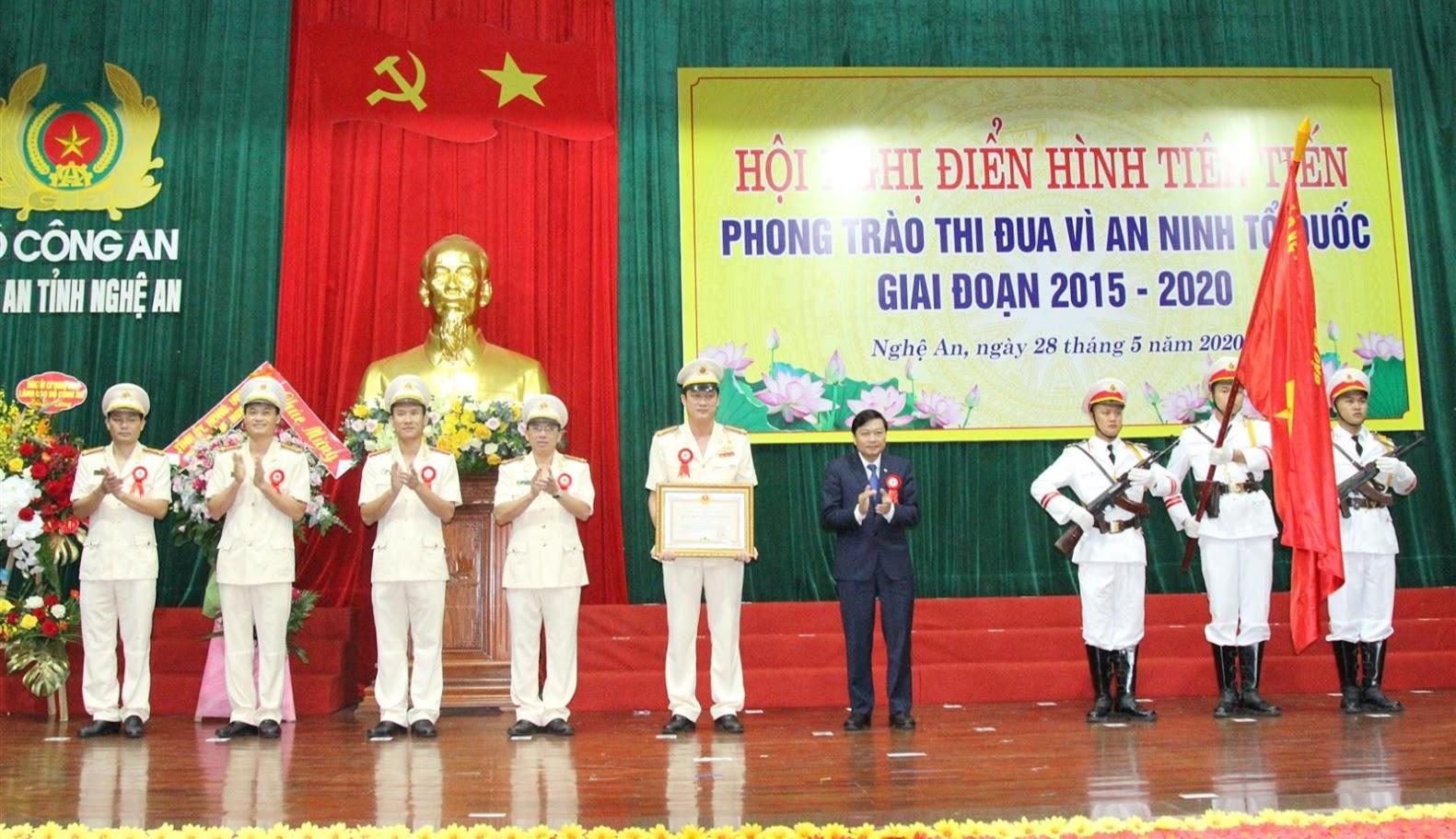 Thừa ủy quyền của Chủ tịch nước, đồng chí Lê Hồng Vinh, Ủy viên BTV Tỉnh ủy, Phó Chủ tịch thường trực UBND tỉnh gắn Huân chương Bảo vệ Tổ quốc hạng Nhất cho Công an TP Vinh