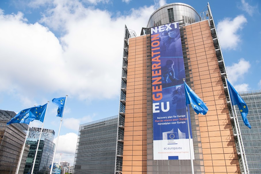 """The banner """"Recovery Plan for Europe"""" on the front of the Berlaymont building - European Union, 2020 / Source: EC - Audiovisual Service / Photographer: Aurore Martignoni"""