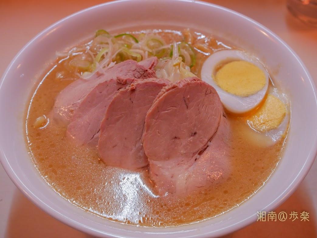 こぐま:みそチャーシュー@750 2020/5/29 いつもの様に麺の茹で加減は柔らかめ、スープも不調で温めで落ち込んだが、味は傑作・・・チャーシューは絶品だった