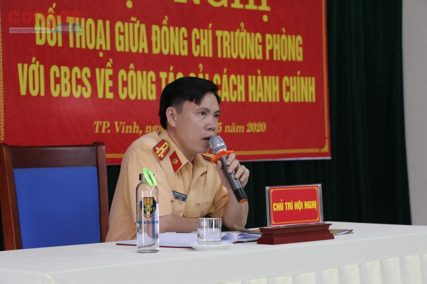 Thượng tá Lê Thanh Nghị, Trưởng Phòng CSGT, trả lời các ý kiến, kiến nghị, thắc mắc của CBCS trong quá trình làm nhiệm vụ nhằm mục đích thực hiện tốt hơn công tác cải cách hành chính vì nhân dân phục vụ.