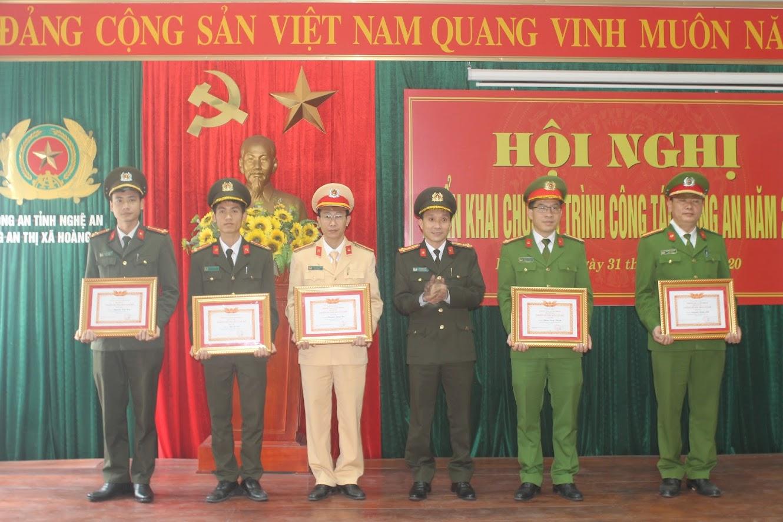 Trao tặng các danh hiệu thi đua cho các tập thể, cá nhân có thành tích xuất sắc