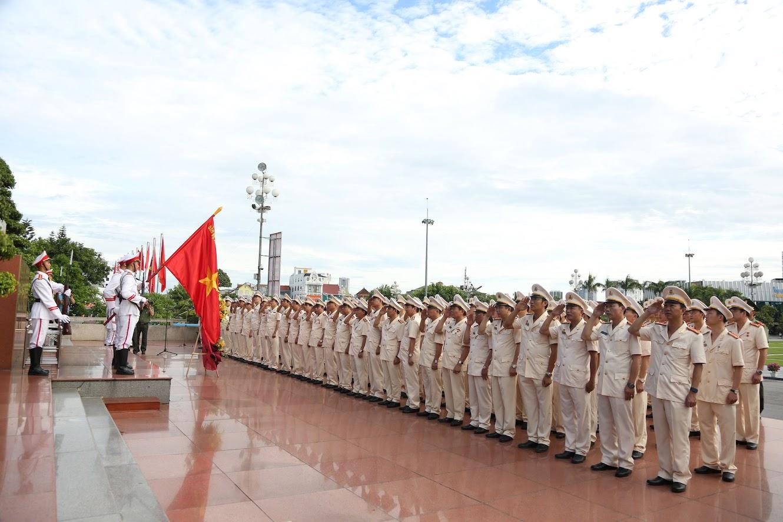 Đoàn đại biểu thức hiện mặc niệm tưởng nhớ Chủ tịch Hồ Chí Minh