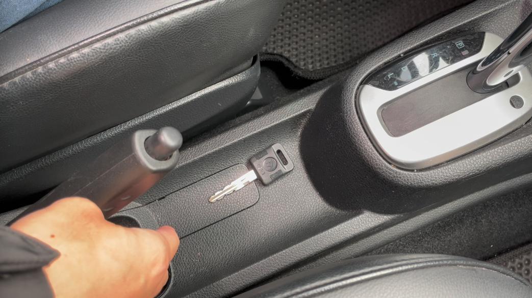 Smart2go 鑰匙放在手煞車下面