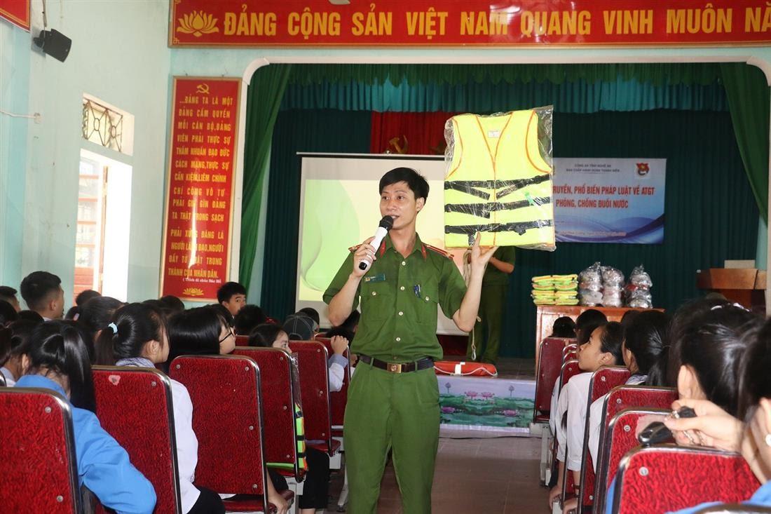 Đồng chí Đoàn viên Phòng Cảnh sát PCCC &CNCH tuyên truyền về kỹ năng phòng chống tai nạn đuối nước bằng những hình thức phong phú, hiệu quả và tạo nhiều hứng thú thu hút các em học sinh.