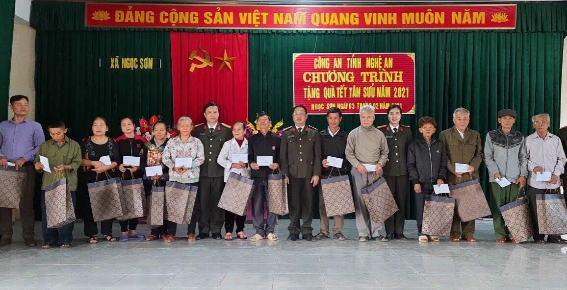 Trao 200 suất quà cho các hộ nghèo ở xã Ngọc Sơn