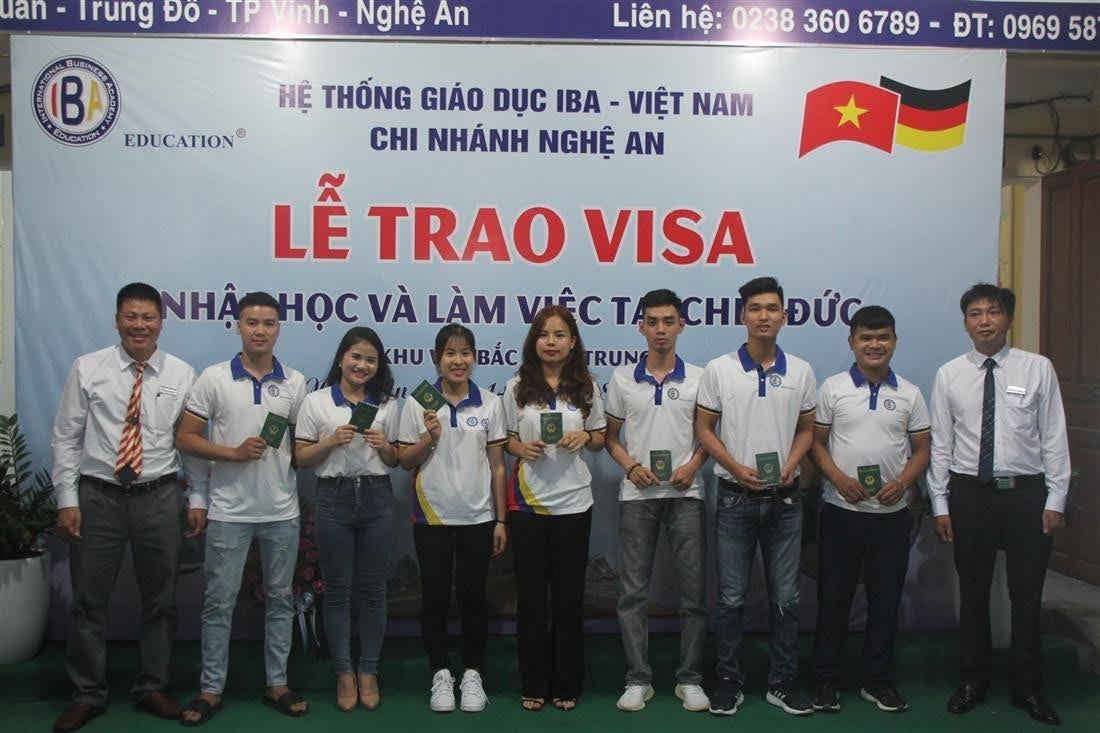 Trao visa cho các bạn học viên ở khu vực Bắc miền trung