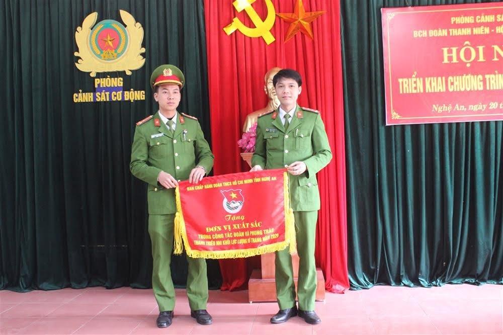 Tặng Cờ của BCH Tỉnh đoàn cho Đoàn cơ sở về thành tích xuất sắc trong công tác đoàn và phong trào thanh, thiếu nhi khối lực lượng vũ trang năm 2020.