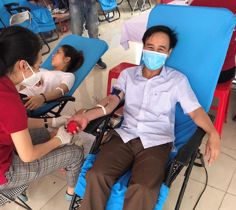 Linh mục Châu Long Thiên cảm thấy có ý nghĩa khi tham gia hiến máu đóng góp những giọt hồng giúp đỡ người bệnh