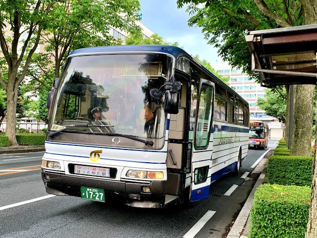 県庁・市役所前停車中のほっとゆだ駅行きバス